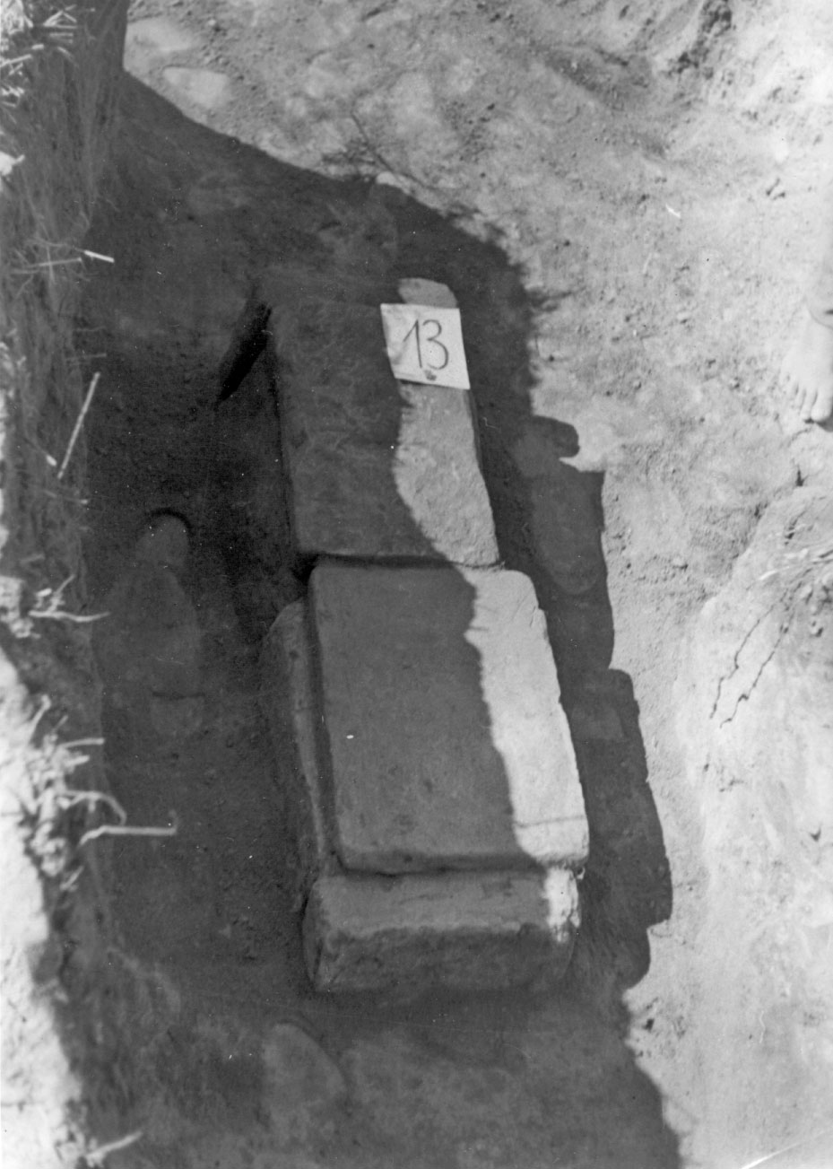Graveb 13. Late Roman grave with a buried deceased. Grave cut inlaid with large dimension bricks without mortar.